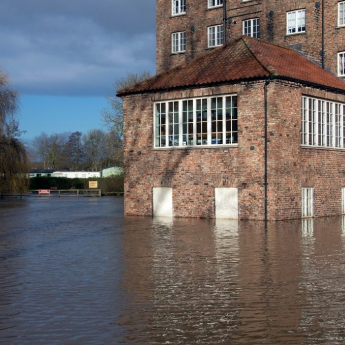 flooding-after-the-river-derwent-burst-its-banks-in-the-village-of-stamford-bridge-in-north-yorkshire_t20_LOjrEV